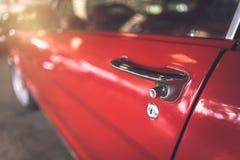 Dörrhandtag av den röda retro klassiska bilen Fotografering för Bildbyråer