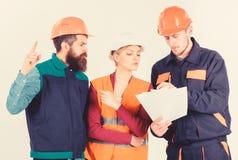 Drużyna architekci, inżyniery dyskutuje, spojrzenia przy dokumentem, zdjęcia stock