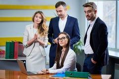 Drużyna dojrzałe kobiety i mężczyźni przy spotkanie stołem dyskutuje plan biznesowego obraz royalty free
