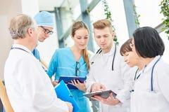Drużyna lekarki planuje operację obraz stock
