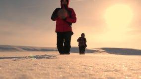 drużyna ludzie biznesu iść zwycięstwo i sukces trzy wysokogórzec turysty podążają each inny w śnieżnej pustyni drużyna zbiory