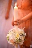 Drużka trzyma świeczkę z bridal bukietem zdjęcia stock