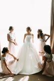 Drużki pomagają z bridal suknią Zdjęcia Royalty Free