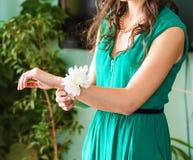 Drużki z bransoletką w postaci kwiatów Obraz Stock