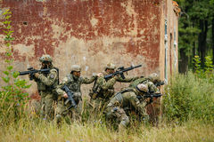 Drużyna żołnierze atakować wroga fotografia stock