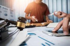 Drużyna biznesowego prawnika ciężki działanie w biurze adwokat herbata zdjęcie royalty free
