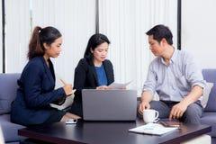 Drużyna biznesu trzy ludzie pracuje wpólnie na laptopie fotografia stock