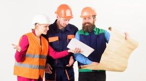 Drużyna budowniczy, inżynier, architekt dyskutuje o projekcie obraz stock