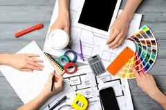 Drużyna decorators pracuje przy stołem Zdjęcia Stock