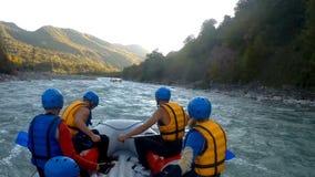 Drużyna doświadczone atlety żegluje w dół rzekę na flisactwo łodziach, wyprawa zbiory wideo