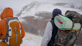 Drużyna dwa mężczyzny iść na wyprawie Trudni warunki północ, each krok są niebezpieczni i trudni zdjęcie wideo