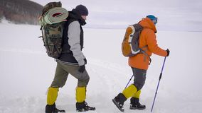 Drużyna dwa mężczyzny iść na wyprawie Trudni warunki północ, each krok są niebezpieczni i trudni zbiory