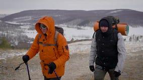 Drużyna dwa mężczyzny iść na wyprawie Trudni warunki północ, each krok są niebezpieczni i trudni zbiory wideo