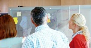 Drużyna dyrektory wykonawczy dyskutuje nad szkło deską zbiory
