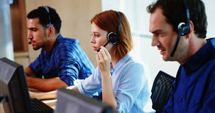 Drużyna dyrektory wykonawczy pracuje wpólnie przy biurkiem zdjęcie wideo