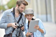 Drużyna fotografowie robi reportażowi w miasteczku Fotografia Royalty Free