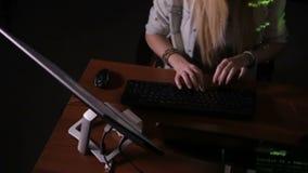 Drużyna hackery, siekający komputer, pracuje w ciemnym pokoju zbiory wideo