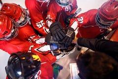 Drużyna hokejowa pracuje na wygrany wpólnie pracie zespołowej zdjęcie royalty free