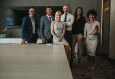Drużyna korporacyjni profesjonaliści w sala konferencyjnej obrazy stock
