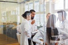 Drużyna lekarki i pielęgniarki w spotkaniu obrazy royalty free