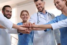 Drużyna lekarzi medycyni stawia ręki wpólnie t?a b??kitny poj?cia ludzie sylwetek nieba jedno?ci fotografia stock