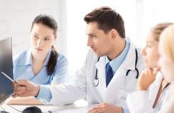 Drużyna lub grupa lekarek pracować Obrazy Stock