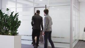 Drużyna ludzie biznesu chodzi w pokój konferencyjnego przy biurem zbiory