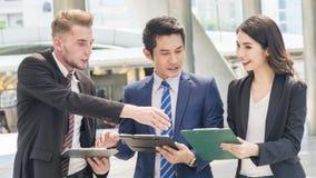 Drużyna ludzie biznesu mądrze kobieta i mężczyzna opowiada w godzin szczytu wi Fotografia Stock