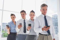 Drużyna ludzie biznesu stoi wpólnie w linii z ich motłochem Obraz Stock