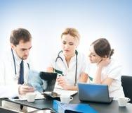 Drużyna młode i mądrze lekarki pracuje wpólnie Fotografia Stock