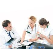Drużyna młode i mądrze lekarki pracuje wpólnie Obraz Stock