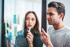 Drużyna młodzi coworkers spotyka nowych biznesowych pomysły i brainstorming używa pocztę ono zauważa dzielić pomysł zdjęcie royalty free
