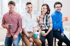 Drużyna młodzi kreatywnie ludzie biznesu w biurze obrazy royalty free