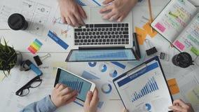 Drużyna młodzi ludzie biznesu pracuje wpólnie na projekcie zbiory
