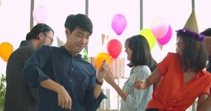 Drużyna młodzi ludzie tanczy zabawę i ma świętuje z grzanką i clinking podnoszący szkła w ich biurze zbiory