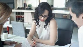 Drużyna młodzi profesjonaliści pracuje blisko na wspólnym projekcie w biurze zdjęcie wideo