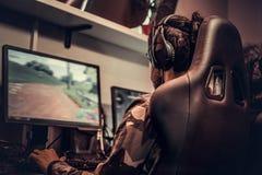 Drużyna nastoletni gamers bawić się w dla wielu graczy gra wideo na komputerze osobistym w hazardu klubie obraz stock