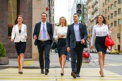 Drużyna pięć ludzi biznesu pewnie kroczy wzdłuż summ Obraz Stock