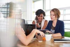 Drużyna pomyślni ludzie biznesu ma spotkania w wykonawczym nasłonecznionym biurze Obrazy Royalty Free