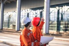 Drużyna potomstwo inżyniery dyskutuje projekt budowlanego obrazy stock