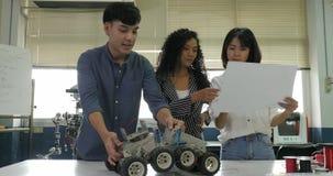 Drużyna pracuje wpólnie elektronika inżynier, kolaboruje na projekcie budować robot zbiory wideo
