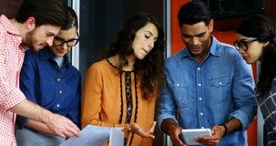 Drużyna projektant grafik komputerowych dyskutuje w spotkaniu zbiory