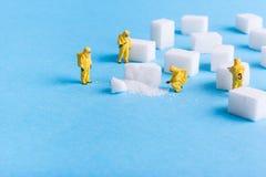 Drużyna prowadzi dochodzenie cukrowych sześciany Obrazy Royalty Free