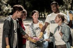 Drużyna skrzętni wolontariuszi cieszy się ich firmy ogromnie pracuje wpólnie obraz royalty free