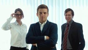 Drużyna trzy pomyślnego ludzie biznesu patrzeje w kamerę zdjęcie wideo