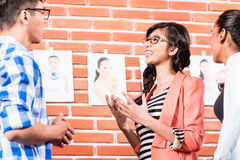 Drużyna w reklamowej agenci wybiera obrazki obraz royalty free