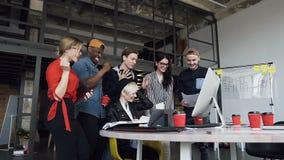 Drużyna wieloetniczni ludzie biznesu raduje się pomyślnego projekt przy biurem ich firma Biznes, brainstorm, sukces zdjęcie wideo