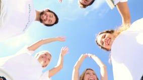 Drużyna wolontariuszi stawia ręki wpólnie zdjęcie wideo