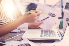 Drużynowa biznesmen praca pracować z laptopem w otwartej przestrzeni biurze Zdjęcie Royalty Free