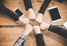 Drużynowej pracy zespołowej więzi społeczności Podłączeniowy pojęcie w pokoju konferencyjnym Zdjęcia Stock